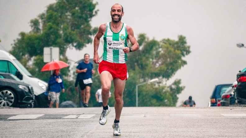 muitas vezes aumenta a qualidade do exercício, uma vez que se tende a correr mais e mais rápido quando se corre com alguém