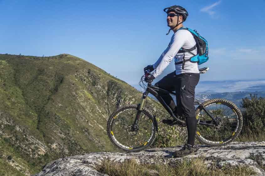 Andar de bicicleta é um exercício popular que melhora a sua forma física e pode ajudá-lo a perder peso.