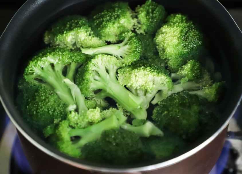 Brócolis e rico em beta-caroteno, vitamina C e ácido fólico