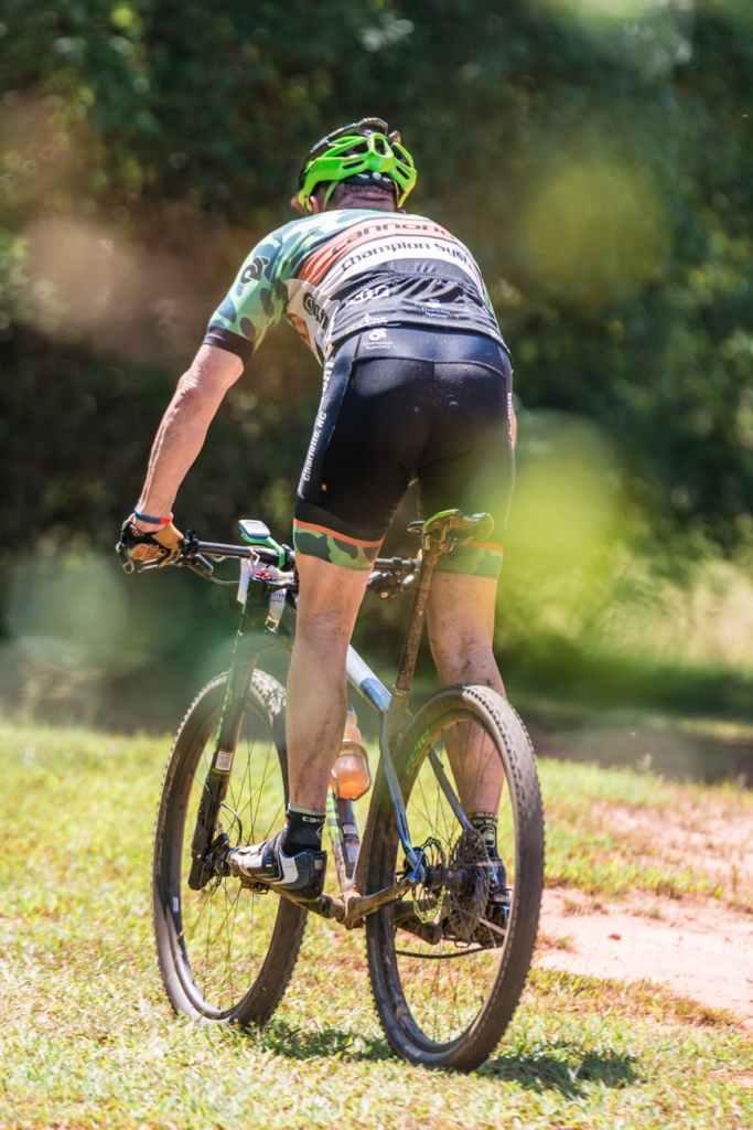 Se você costuma treinar apenas em uma bicicleta, a corrida para baixo provavelmente levará a uma dolorosa manhã de rigidez no dia seguinte