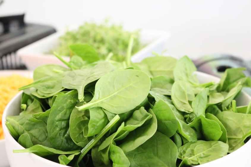 Espinafre e cheio de quase todas as vitaminas e nutrientes que seu corpo precisa