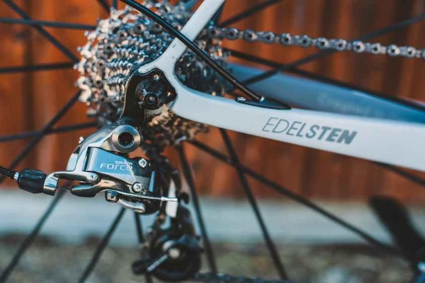 Praticar ciclismo na academia tem muitos benefícios