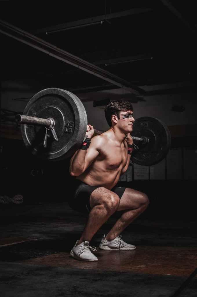 Após 10 semanas, o grupo que mudou para um programa de exercícios de recuo mostrou ganhos significativos de força em 1RM para leg press, força isocinética máxima e resistência muscular na extensão das pernas
