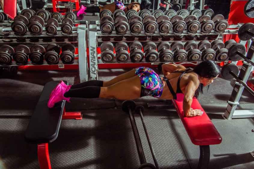 Os dois melhores métodos de progressão são aumentar o peso / resistência ou mudar o exercício