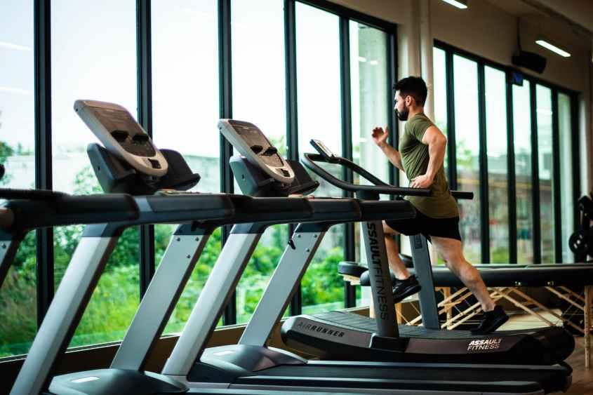 vá ao fitness center e execute uma série de intervalos intensos e baseados em sprint