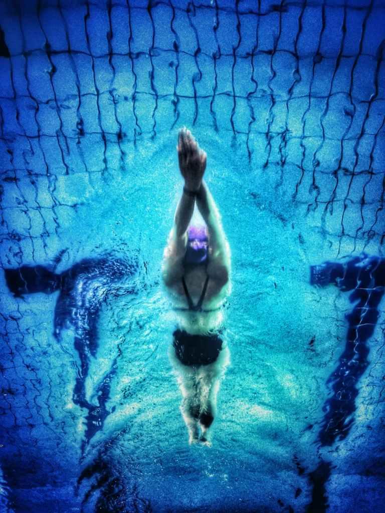 A natação é uma maneira divertida de perder peso e entrar em forma.