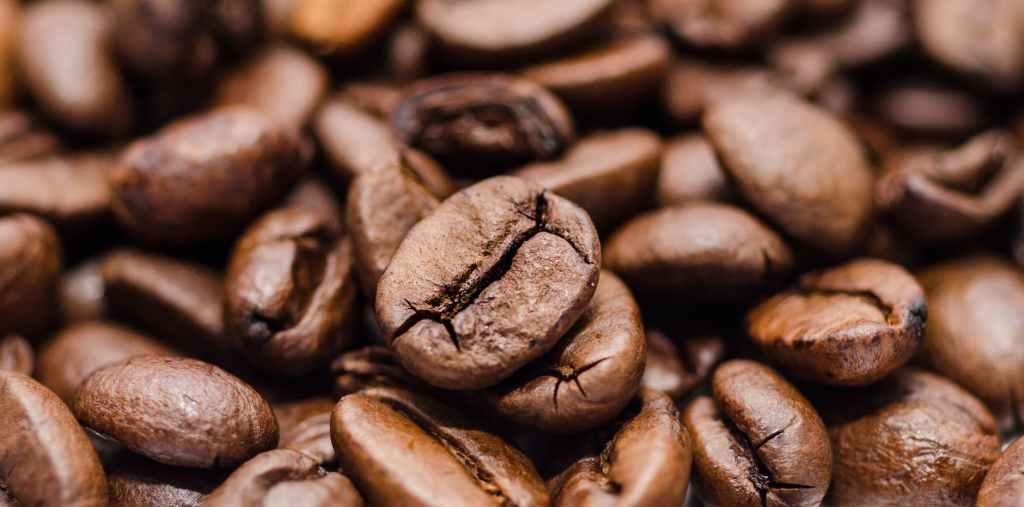 A cafeína parece muito estimulante e, portanto, pode ser uma amiga angustiada quando você começa a se sentir cansado à tarde