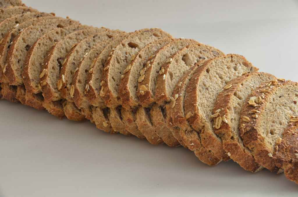 você escolher pão de centeio grosso com muitos grãos, terá bastante fibra solúvel que acelera o sistema gastrointestinal, para que a refeição pesada passe pelo sistema mais rapidamente.