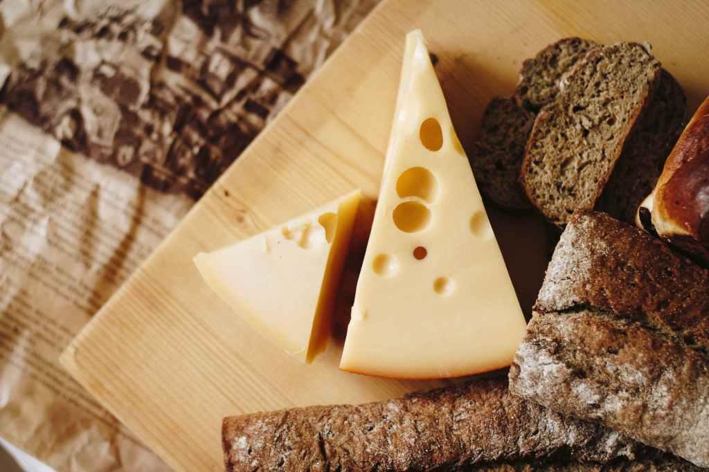 Com um bom queijo, você pode diminuir as flutuações de açúcar no sangue, porque as proteínas do queijo diminuem o estômago.